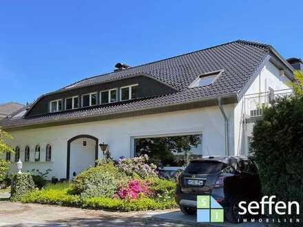 **Wohnen im Grünen: Stilvolle Landhausvilla mit zwei Wohneinheiten für gehobene Ansprüche**
