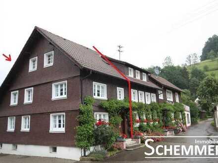 Simonswald ++ Nur an Einzelperson oder Paar: Alte Holz-Doppelhaushälfte mit kleinem Garten