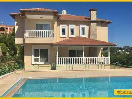 Wunderschöne 5 Schlafzimmer Villa, nur 650 Meter vom Strand entfernt!