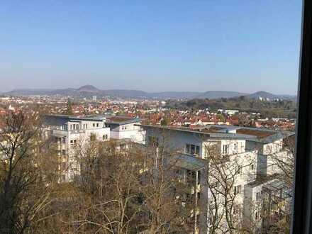 Helle 4,5-Raum-Wohnung mit Balkon, Einbauküche und Garage über den Dächern von Reutlingen
