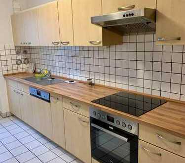 Exklusive, vollständig renovierte 3-Zimmer-Wohnung mit Balkon und EBK in Frankfurt am Main