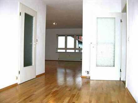 Modernisierte 3,5-Zimmer-Wohnung mit Balkon, Austritt und Einbauküche in Dietzenbach