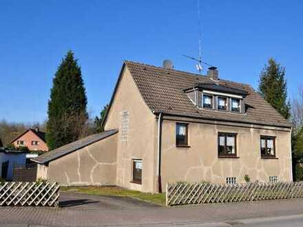 Freistehendes Einfamilienhaus mit 2 Garagen und schönem Garten