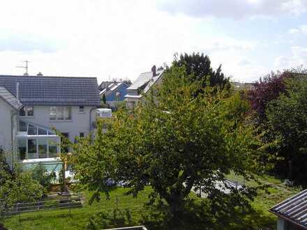 Stilvolle, vollständig renovierte 3-Zimmer-DG-Wohnung mit Balkon und Einbauküche in Dagersheim