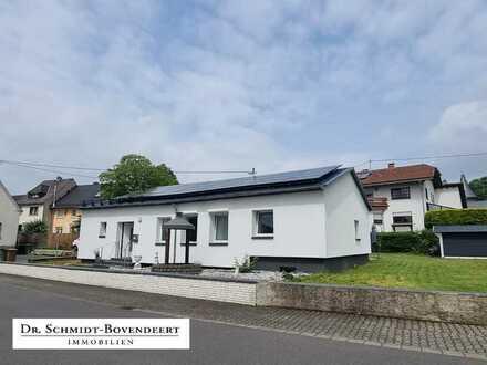 Neuwertiger, ebenerdiger Bungalow mit großer Terrasse und Garten in Höhn-Schönberg!