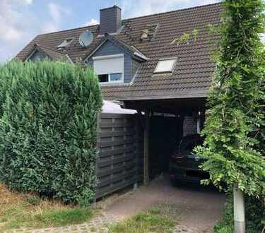 Charmant geschnittene Doppelhaushälfte mit Vollkeller und Carport
