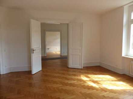 Attraktive 5-Zimmer- Altbauwohnung