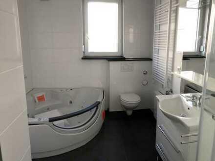 Erstbezug/Neubau: großz. 3 Zimmer-EG/OG Wohnung mit Eck-Whirlpool u. gr. Balkon