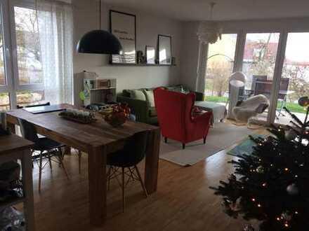 Neuwertige 3-Zimmerwohnung mit EBK, Terrasse mit Gartenanteil, Carport + Stellplatz