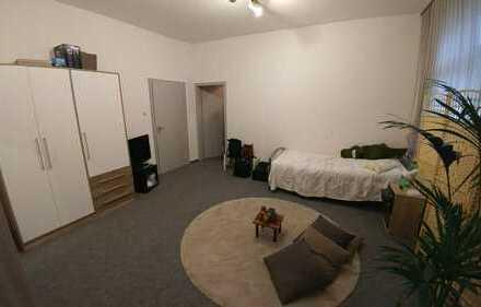 Hier bekommst du ein wirklich helles, großes und voll möbiliertes 25qm Zimmer in einer netten 3er WG