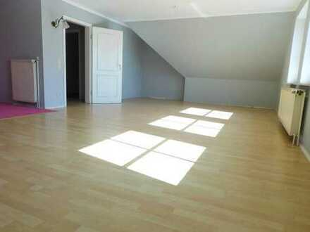 GROSS UND SONNIG: helle Eigentumswohnung mit offenem Wohnraum, großen Schlafzimmern und Dachboden