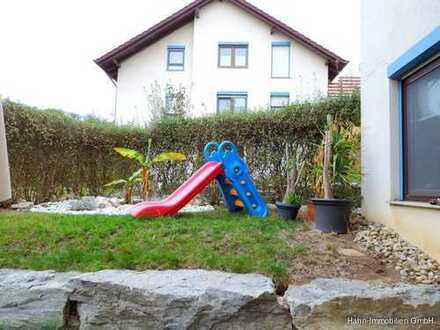 PLATZ ZUM TOBEN + LEBEN: 4,5-Zi.-Whg. m. Balkon u. Gartenterrasse. EBK, Garage + Stellplatz inkl. !!