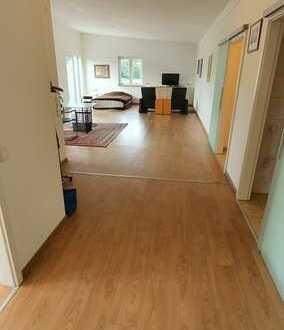Seniorenfreundliche 2-Zi.-Wohnung mit Küchenzeile und Außenstellplatz