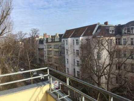 Möbliertes Balkon-Zimmer über den Dächern Berlins