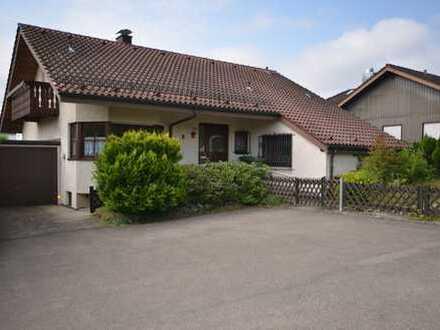 Ruhig gelegenes Einfamilienhaus mit Einliegerwohnung, Keller, Hobbyraum,Terrasse, Garten und Garage