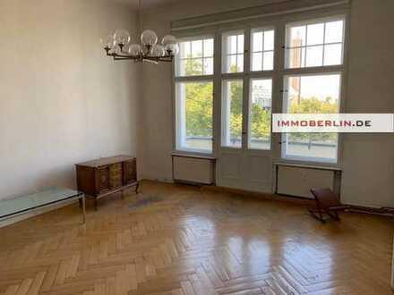 IMMOBERLIN: Noble Altbauwohnung mit Balkon & Lift