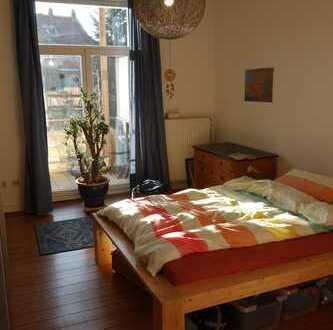 gemütliches Zimmer mit Dielenboden und Balkonzugang in 2er WG