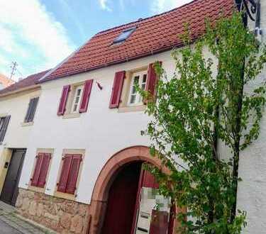 Liebevoll saniertes Fachwerkhaus auf der Weinstraße mit Renaissance-Torbogen