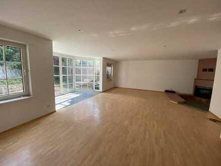 Maisonette Wohnung mit vier Zimmern, Garten, Garage und Einbauküche in Köln Longerich