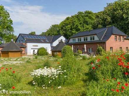 Ferienanlage mit Hotelzimmern, Ferienhaus und Bungalows inmitten eines grossen Gartens