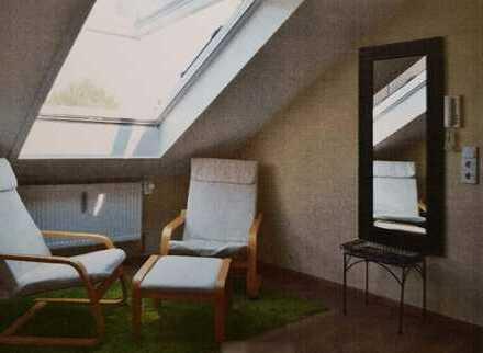 Stilvolle, neuwertige 2,5-Zimmer-Dachgeschosswohnung mit EBK in Emmering
