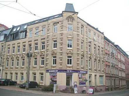 Helle 2-R-Whg., DG, großzügiges Wohnzimmer, offene Küche, m. Wannenbad u. Fahrstuhl, PKW-Stellplatz
