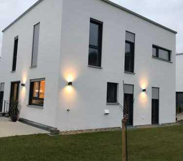Neubau! Exklusives Einfamilienhaus mit separater Einliegerwohnung von Privat zu vermieten