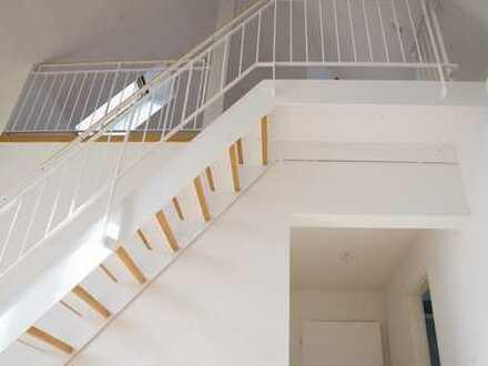 Helle, frisch renovierte DG-Wohnung mit Laminat und Balkon