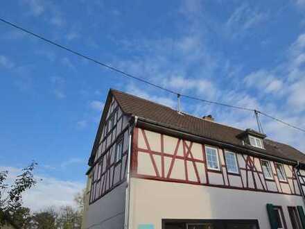 Mehrfamilienhaus mit 5 Wohnungen & 1 Gewerbeeinheit in Niederursel - Kulturdenkmal!