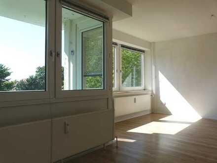 ** Singlewohnung komplett renoviert mit Ausblick in den Garten vom Balkon !**