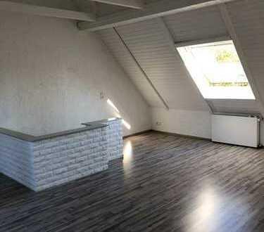 Modernisierte 3-Zimmer-Maisonette-Wohnung mit Balkon und EBK in Stammheim, Köln