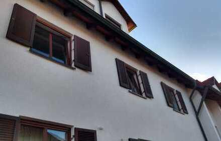 Neuwertige 3-Raum-Wohnung mit Balkon und Einbauküche in Welden