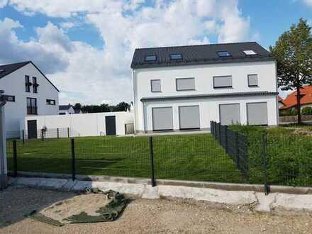 Erstbezug: Moderne u. großzügige DHH in optimaler S-W-Ausrichtung, zzgl. ca. 18 m² Sonnenterrasse!