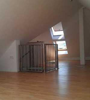 TOP 3 Zi.-DG Wohnung inkl. 40qm Galerie, neues Bad mit Fenster, Einbauküche, Parkett