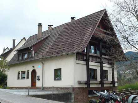 Geräumiges Einfamilienhaus mit 2 Garagen