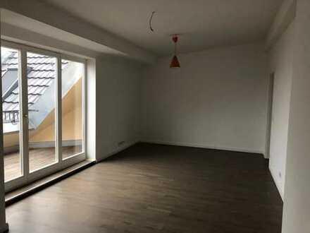 4-Zimmer DG mit EBK, Klimaanlage, Terrasse und Fußbodenheizung - frei ab sofort