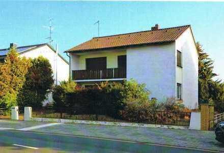 Freistehendes Einfamilienhaus mit Garage und großen Grundstück