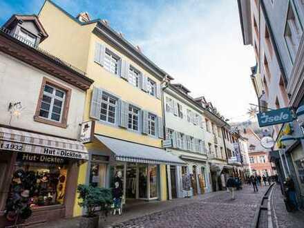 Historisches Gebäude in Freiburgs Altstadt: große Gewerbeeinheit & kleine Wohnung