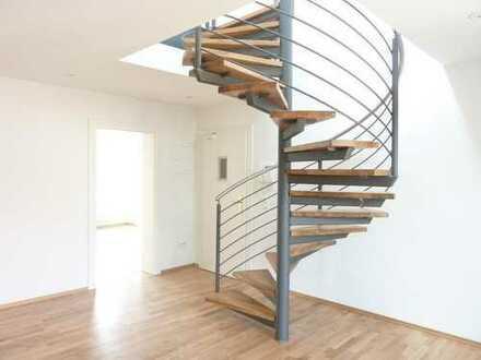 **BEZUGSFREI AB APRIL: Sanierte Maisonette Wohnung im Denkmalobjekt mit zwei Balkonen und Stellplatz