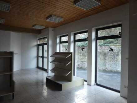 MFH mit Laden/Büro/Praxis und 2 Hallen