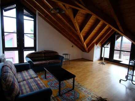 moderne, helle 2,5-Zimmer-DG-Wohnung mit Loggia in einem Dreifamilienhaus