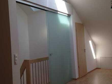 Neuwertige und moderne DHH in ruhiger Lage sucht neuen Mieter! 6 Zimmer und Doppelcarport inklusive!