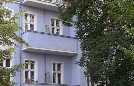 Bezugsfreie Altbauwohnung mit Balkon - inkl. Einbauküche/ Bad mit Fenster und Badewanne