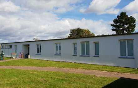 Modernes Bürogebäude mit Carport