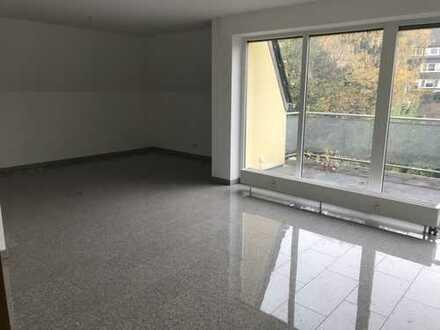 Modernisierte 3-Zimmer-Dachgeschosswohnung mit Balkon und Einbauküche in Hagen