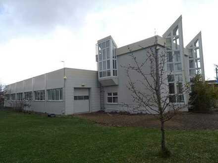 Moderne Fertigungshalle mit Bürogebäude und Sozialräumen
