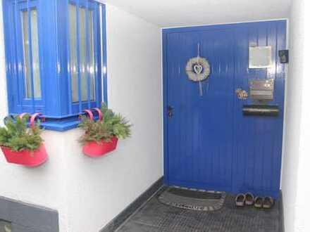 Großzügiges Einfamilienhaus mit offenem Kamin, 3 Terrassen, Garage und Kfz-Stellplätzen in Südlage