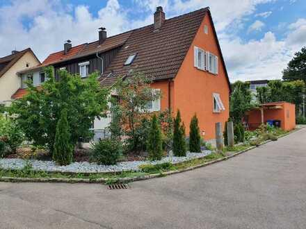 kleines Häuschen mit Garage und Garten
