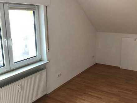 Gepflegte Dachgeschosswohnung mit zwei Zimmern und EBK in Hargesheim