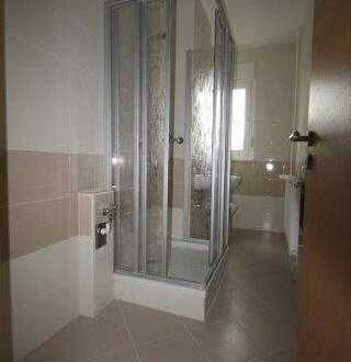 3 Zimmer im Erdgeschoss mit Balkon und Dusche